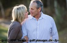 Casual Dating 50plus: Paar beim Flirten